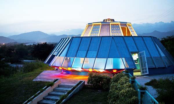 Perierga.gr - Έφτιαξε ένα σπίτι-UFO από... εκδίκηση!
