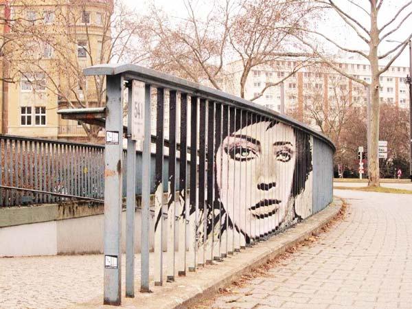 perierga.gr- Zebrating: Ζωγραφική του δρόμου στα... κάγκελα!