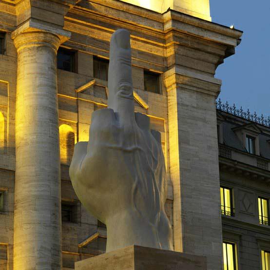 """perierga.gr - Ένα """"εκκεντρικό"""" γλυπτό στην κεντρική πλατεία του Μιλάνου!"""