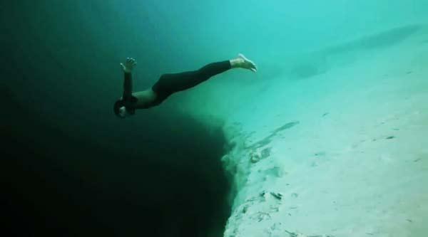 perierga.gr - Ελεύθερη πτώση... υποβρυχίως!