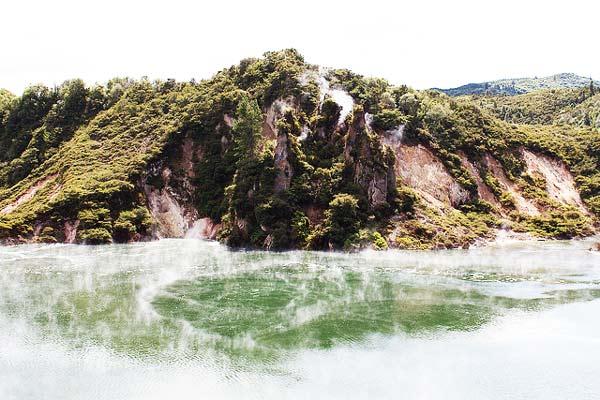 perierga.gr - Μια αλλόκοτη λίμνη που κυριολεκτικά βράζει!