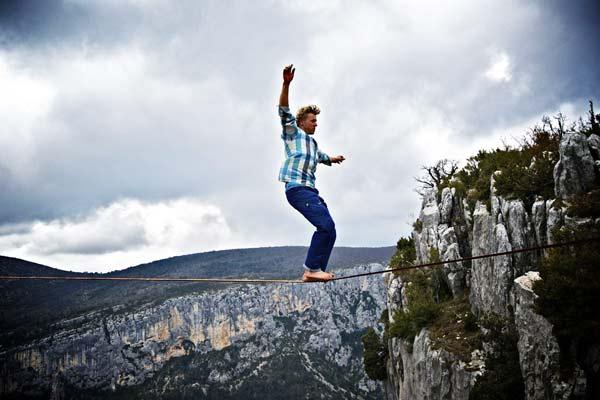 perierga.gr - Περπάτησε πάνω από φαράγγι χωρίς προστασία!