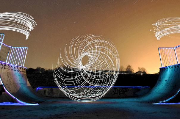 perierga.gr  - Όταν το φως κάνει... σκέιτμπορντ τη νύχτα!