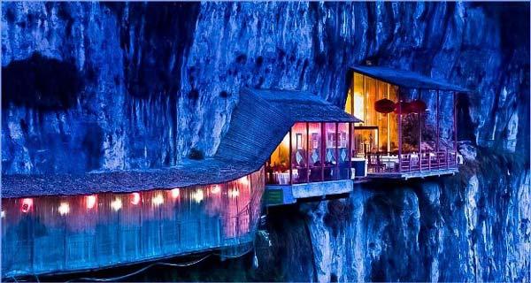 perierga.gr- Μαγευτικό εστιατόριο... κρέμεται στα βράχια!