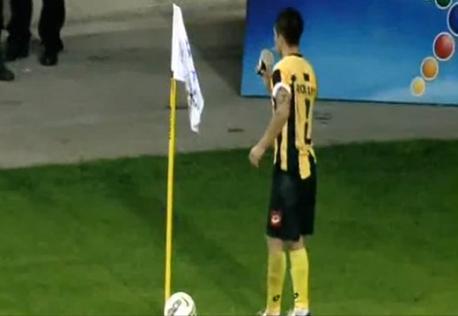 "Perierga.gr - Οι αντίπαλοι οπαδοί τον ""κέρασαν"" καφέ!"