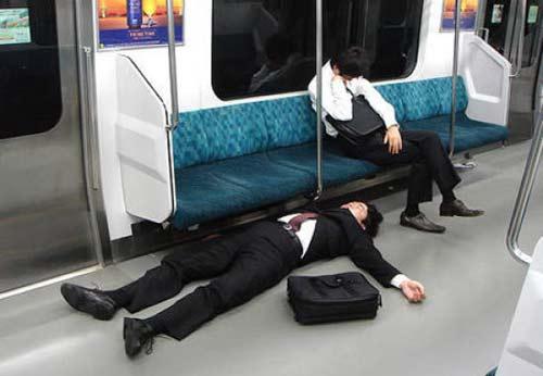 perierga.gr - Άνθρωποι που μπορούν να κοιμηθούν οπουδήποτε!