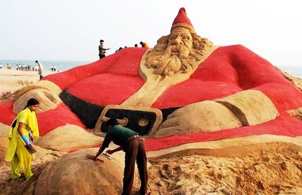 perierga.gr - 500 Αϊ-Βασίληδες εμφανίστηκαν σε ινδική παραλία!