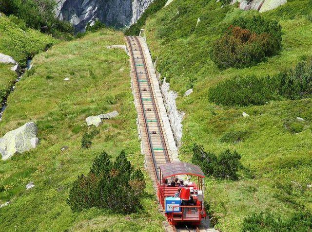 Perierga.gr - Εντυπωσιακό τρενάκι στις ελβετικές Άλπεις