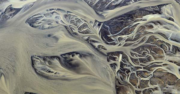 perierga.gr - Ποτάμια διασχίζουν την ηφαιστειακή τέφρα!