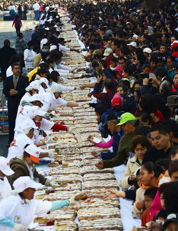 perierga.gr - Έφαγαν κέικ 2 χιλιομέτρων για να γιορτάσουν τα Θεοφάνια!