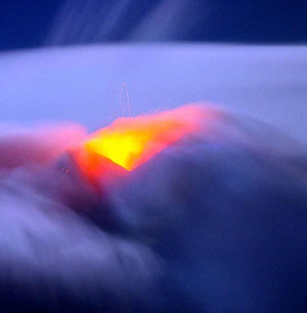 perierga.gr - Η Αίτνα φωτίζει τις παγωμένες νύχτες του χειμώνα!