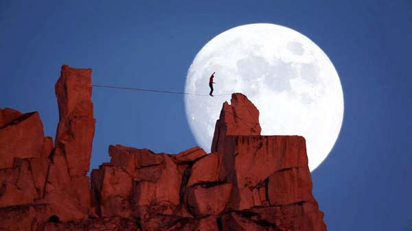 perierga.gr - Extreme ισορρόπηση με φόντο το ολόγιομο φεγγάρι!