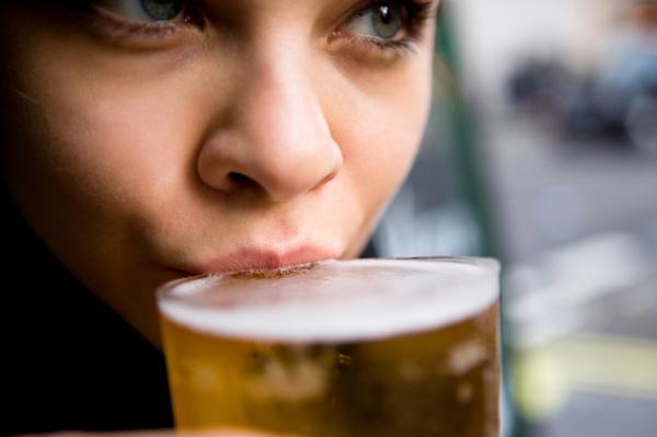 """perierga.gr - Έξυπνα παγάκια """"ενημερώνουν"""" πότε πρέπει να σταματήσεις να πίνεις!"""