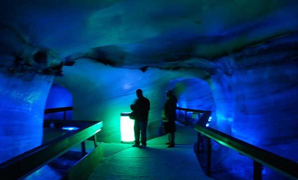 perierga.gr - Πολύχρωμο σπήλαιο στην... καρδιά ενός παγετώνα!