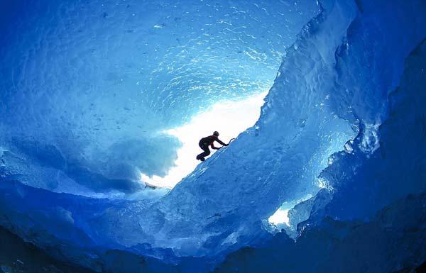 perierga.gr - Τολμηρή εξερεύνηση στο εσωτερικό των παγετώνων!