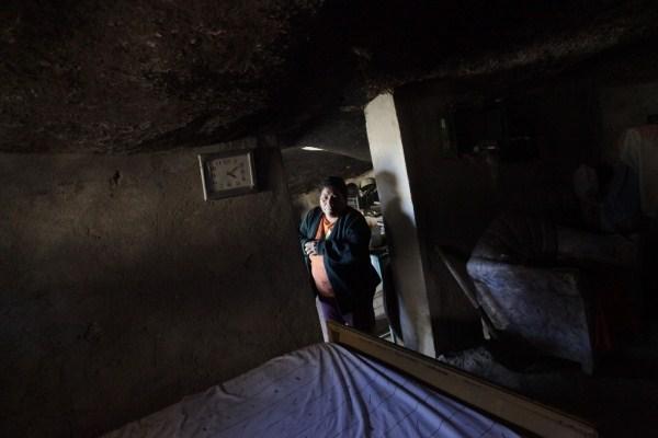 perierga.gr - Ο άνθρωπος που ζει κάτω από το βράχο!