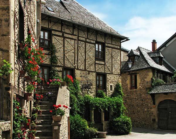 perierga.gr - Ένα μεσαιωνικό χωριό γεμάτο λουλούδια!