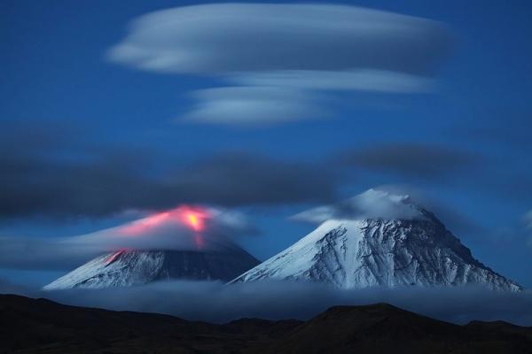 perierga.gr - Παράξενα σύννεφα πάνω από ηφαίστειο!