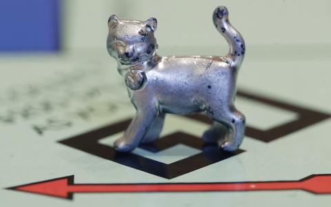 Perierga.gr - Η γάτα αντικαθιστά το σίδερο στη Monopoly