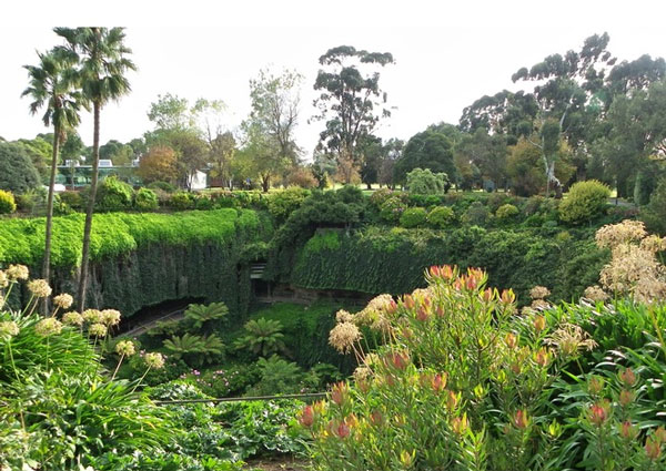 "perierga.gr - ""Βυθισμένος"" κήπος μέσα στο έδαφος!"