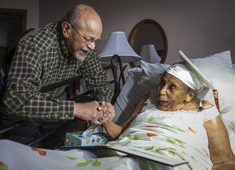 perierga.gr - Πήρε απολυτήριου λυκείου στα 106 της χρόνια!