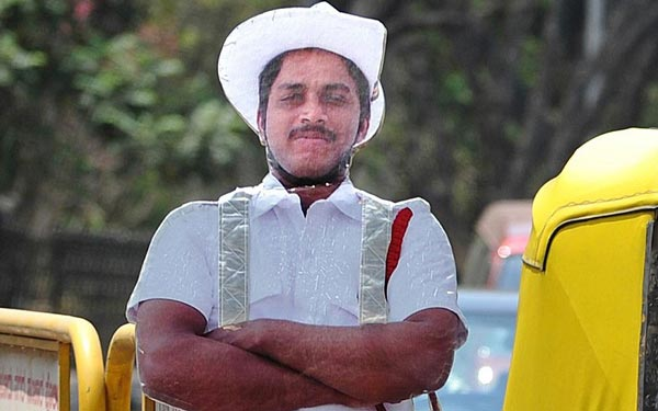 perierga.gr - Τροχονόμοι από... χαρτόνι στην Ινδία!