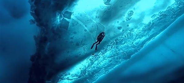 perierga.gr - Βουτώντας κάτω από τους πάγους της Αρκτικής!