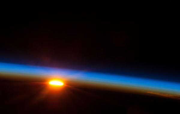 perierga.gr - Το πρώτο φως της αυγής όπως φαίνεται από το Διάστημα!
