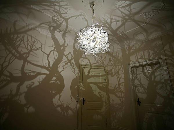 perierga.gr - Παράξενος πολυέλαιος μετατρέπει το δωμάτιο σε... δάσος!