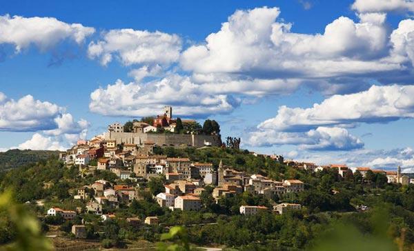 perierga.gr - 15 πανέμορφα χωριά πάνω σε λόφους!