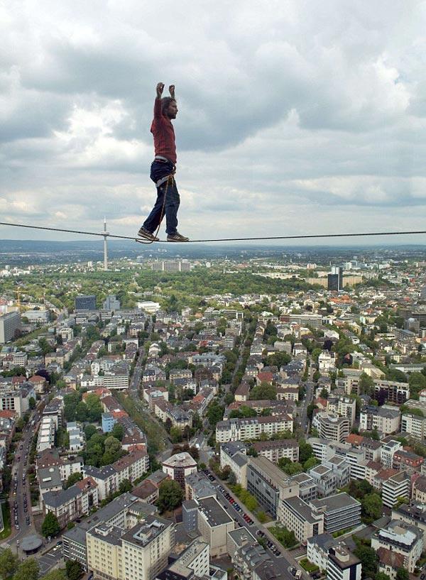 perierga.gr - Αν και υψοφοβικός περπάτησε 185 μ. πάνω από το έδαφος!