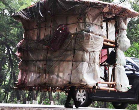 perierga.gr - Άνθρωπος-σαλιγκάρι κουβαλάει παντού το σπίτι του!