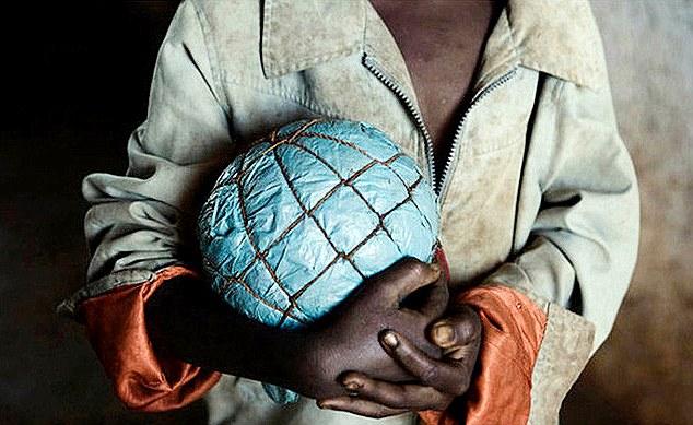 perierga.gr - Οι αυτοσχέδιες μπάλες των παιδιών της Αφρικής!