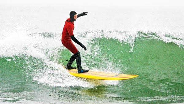 perierga.gr - Κάνοντας surfing στα τεράστια κύματα της... λίμνης!