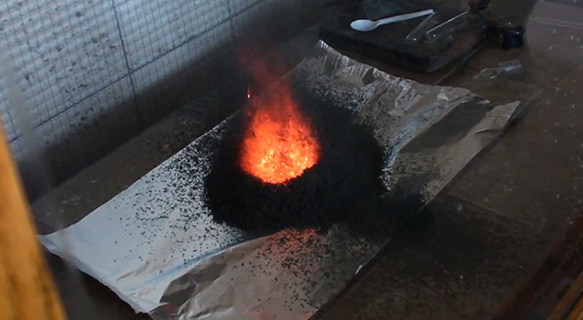 perierga.gr - Δείτε τι απίθανο συμβαίνει όταν καεί ο θειοκυανικός υδράργυρος!