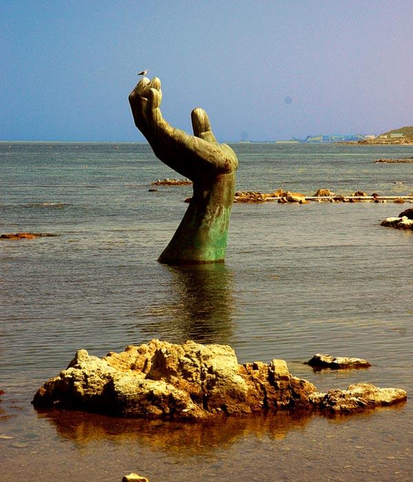 perierga.gr - 5 παράξενα γλυπτά στην παραλία για να... φοβούνται οι λουόμενοι!