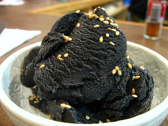 perierga.gr - Ασυνήθιστο κατάμαυρο... παγωτό!