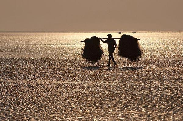 perierga.gr - Ασυνήθιστη παραλία όπου η θάλασσα εξαφανίζεται ξαφινικά!