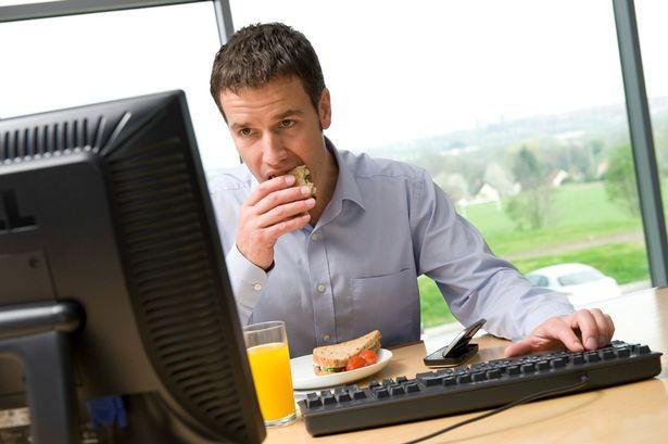 perierga.gr - Πιο προσεκτικοί όσοι τρώνε στο γραφείο!