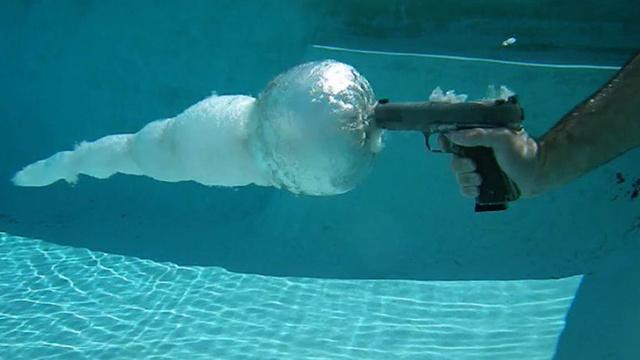 Perierga.gr - Πυροβολώντας μέσα στο νερό!