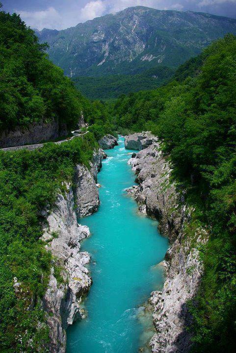 perierga.gr - Soca: Ο ποταμός με τα σμαραγδένια νερά!