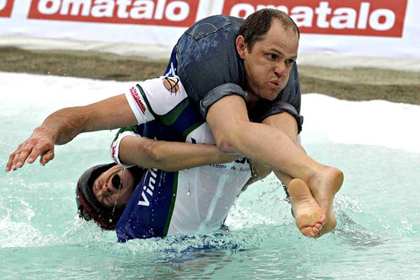 perierga.gr - Wife Carrying: Ένας παράξενος αγώνας!