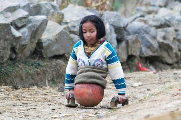 perierga.gr - To κοριτσάκι με την μπάλα!