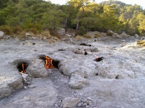 perierga.gr - Τα παράξενα φλεγόμενα βράχια!