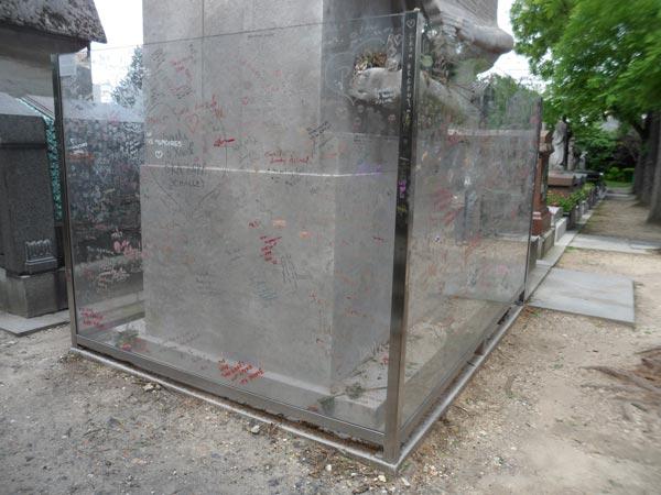 perierga.gr - O γεμάτος φιλιά τάφος του Όσκαρ Ουάιλντ στο Παρίσι!