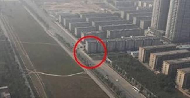 perierga.gr - Έxτισαν κατά λάθος πολυκατοικία στη μέση ενός αυτοκινητόδρομου!