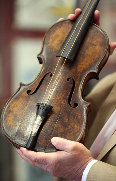 perierga.gr - Προς 1 εκατ. ευρώ πωλήθηκε το βιολί του Τιτανικού!