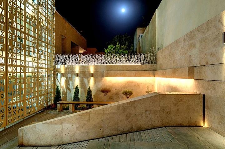 perierga.gr - Πρωτότυπο κτήριο με… σταυρόλεξο στην πρόσοψή του!