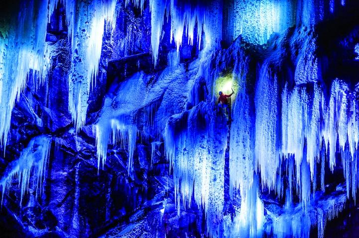 perierga.gr - Σκαρφαλώνοντας τα φωτισμένα παγωμένα «τείχη» της Νορβηγίας!