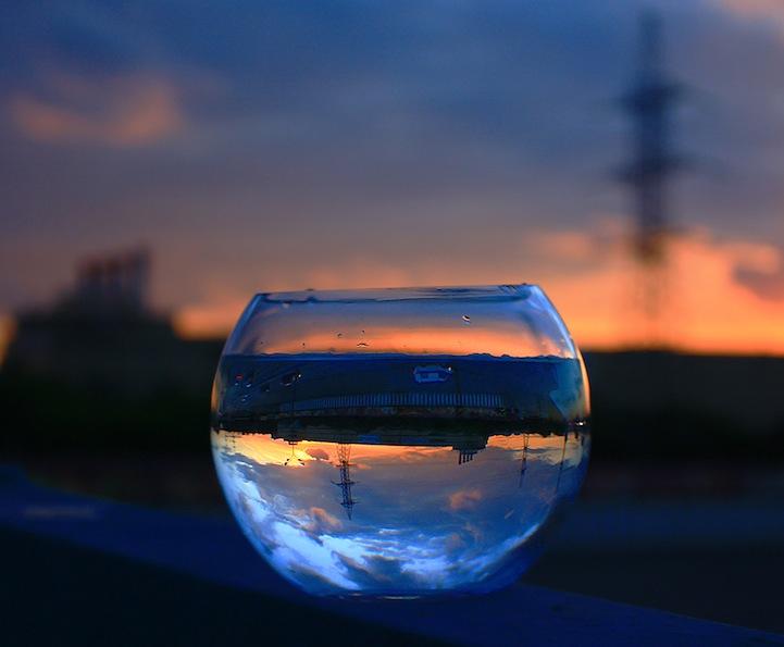 perierga.gr - Μαγικές αντανακλάσεις τοπίων σε γυάλινα ποτήρια!